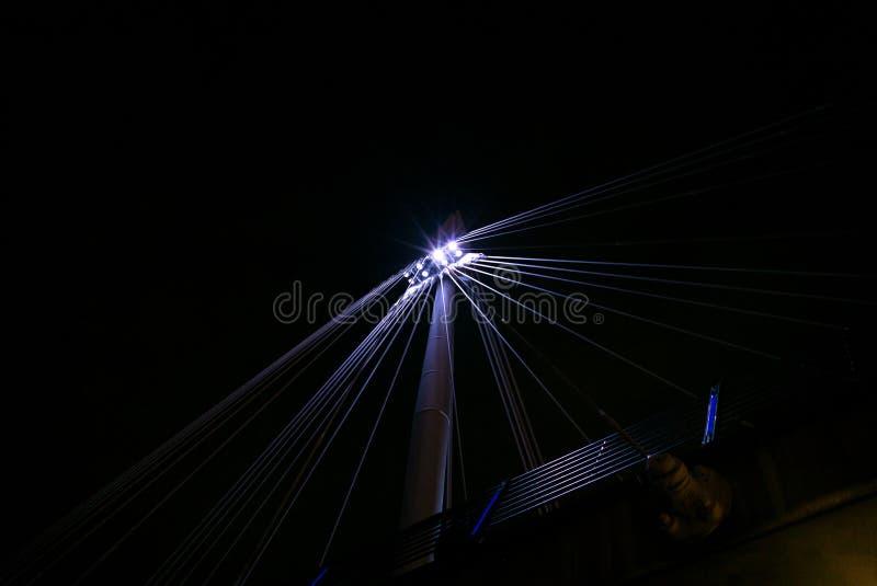 Золотой юбилей наводит стальные балки на ноче стоковая фотография rf