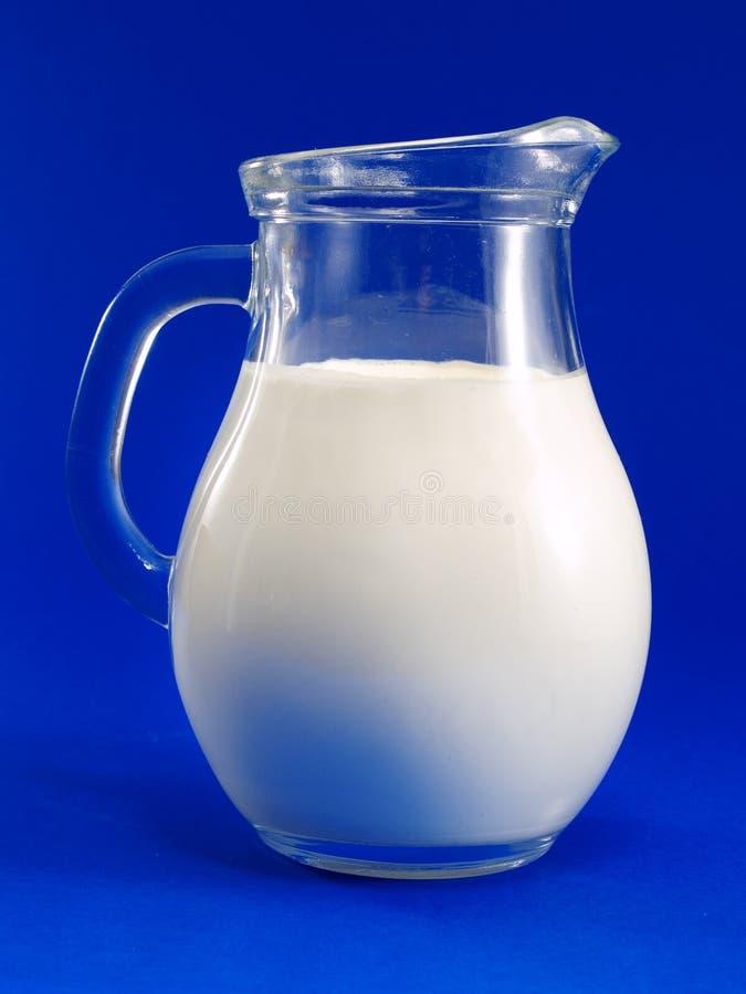 золото цвета предпосылки близкое изолировало молоко кувшина вверх по белизне стоковое фото rf