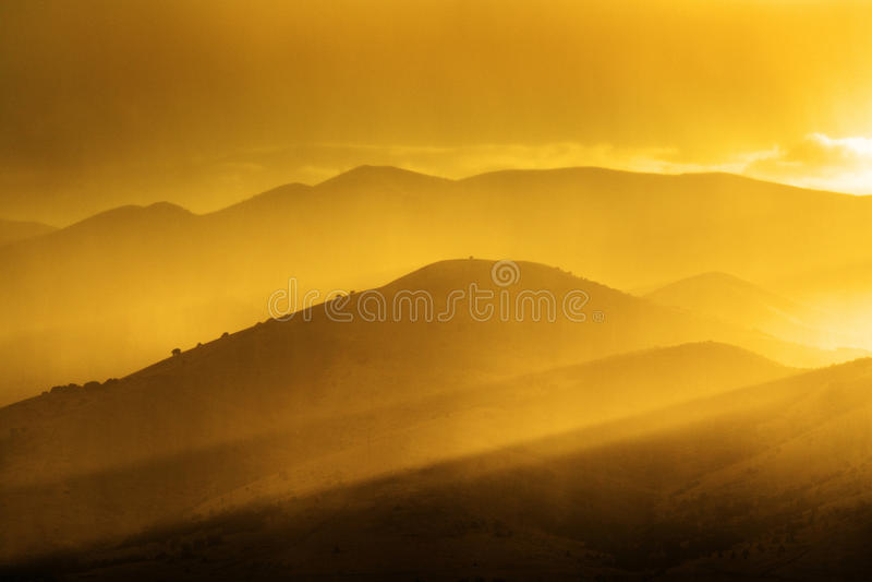 Золотые горы в солнечном свете утра или вечера светлом стоковое изображение