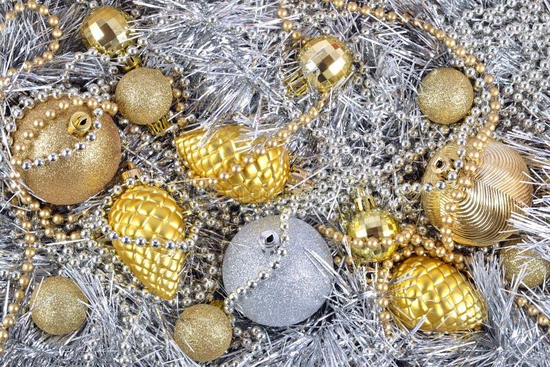 Download Золотые и серебряные украшения рождества Стоковое Изображение - изображение насчитывающей гирлянда, торжество: 33735801