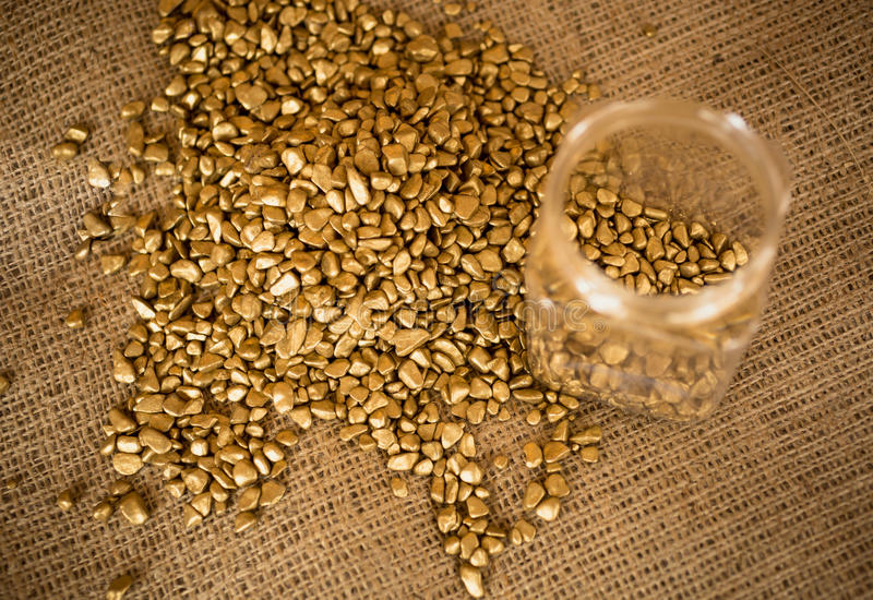 Золотые наггеты и пустой миллиард лежа на мешковине стоковые фотографии rf