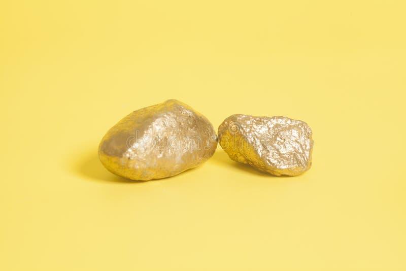 Золотые наггеты на желтом цвете стоковые изображения rf