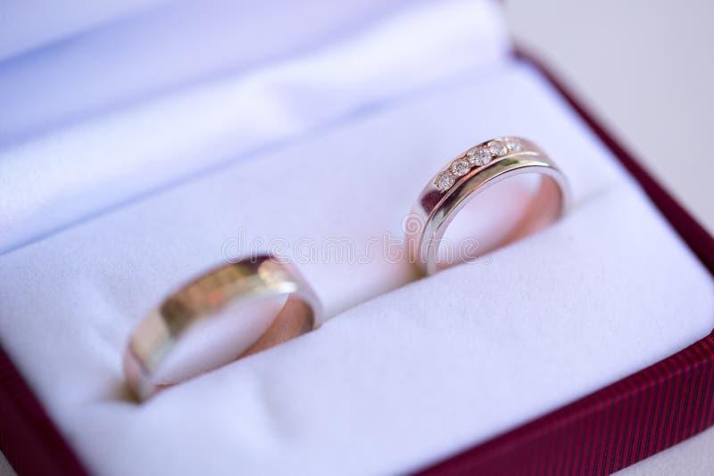 Золотые обручальные кольца в коробке стоковое изображение