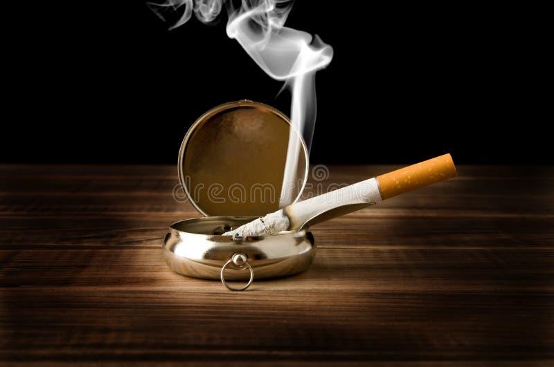 Зол-поднос с сигаретой стоковая фотография