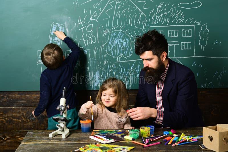 Зрачок принимая обучение течет с красивым белокурым гувернером - на классе используя компьтер-книжку с учителем Образование на стоковая фотография rf