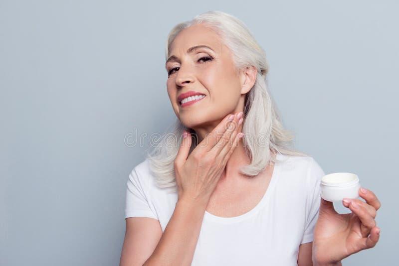 Зрелая взрослая старшая женщина с серыми волосами принимает заботе около его стоковые изображения
