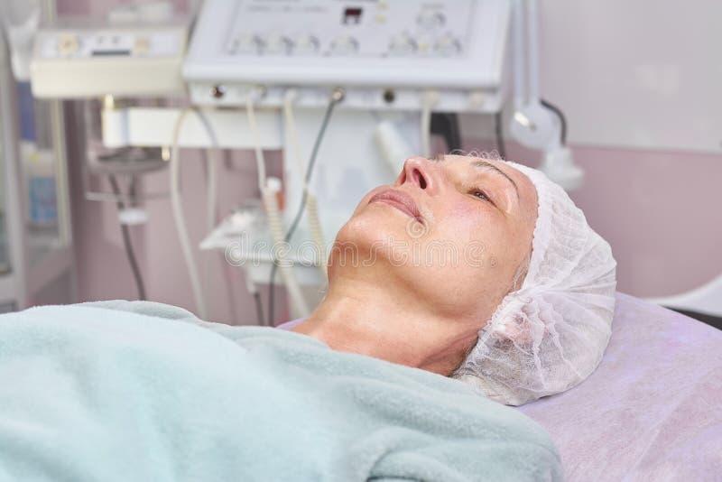 Зрелая женщина в больнице стоковое изображение