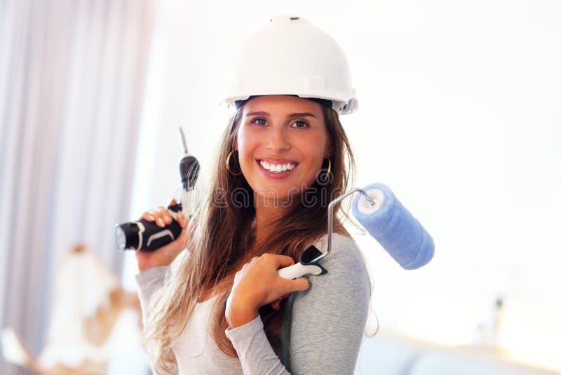 Зрелая женщина делая улучшения дома стоковое изображение rf