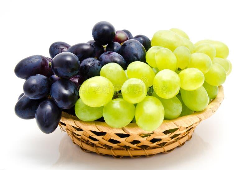 Зрелая зеленая и темная виноградина в корзине стоковое фото