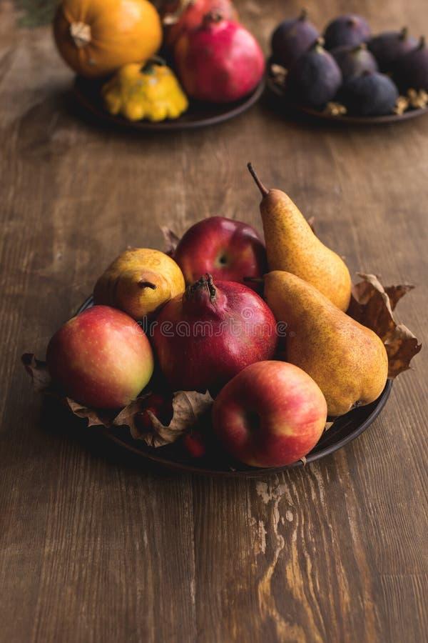 Зрелая осень приносить на таблице стоковые фото