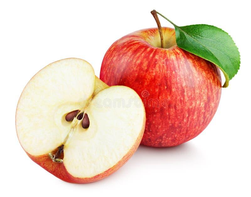 Зрелое красное яблоко при половинные и зеленые лист изолированные на белизне стоковое фото