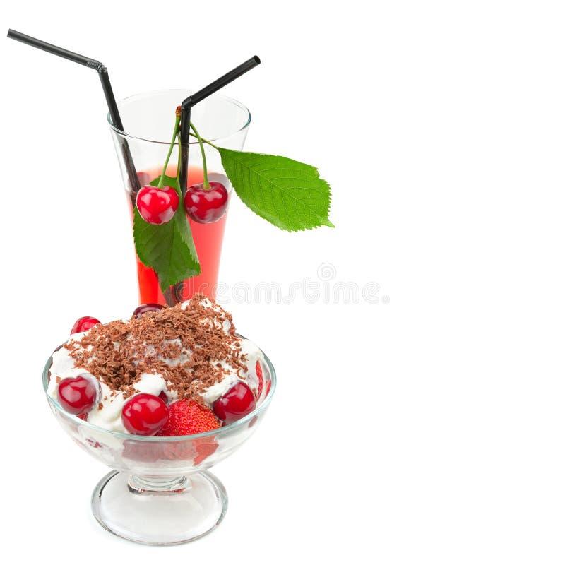 Зрелые вишни, югурт плодоовощ и сок изолированные на белом backgro стоковое фото rf