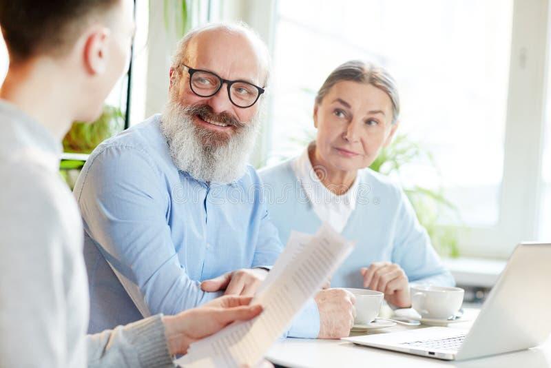 Зрелые коллеги стоковое изображение rf