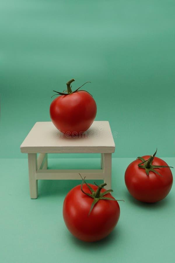 Зрелые красные томаты на старой мешковине стоковое фото