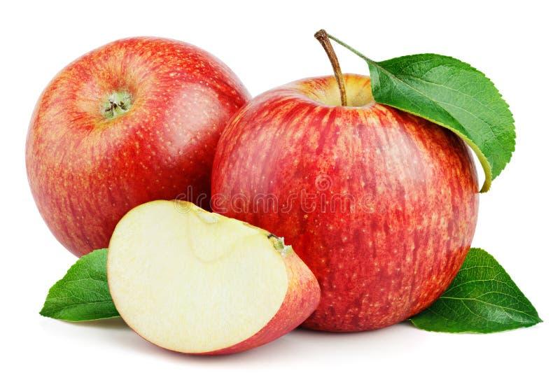 Зрелые красные яблоки с куском и листья изолированные на белизне стоковое фото rf