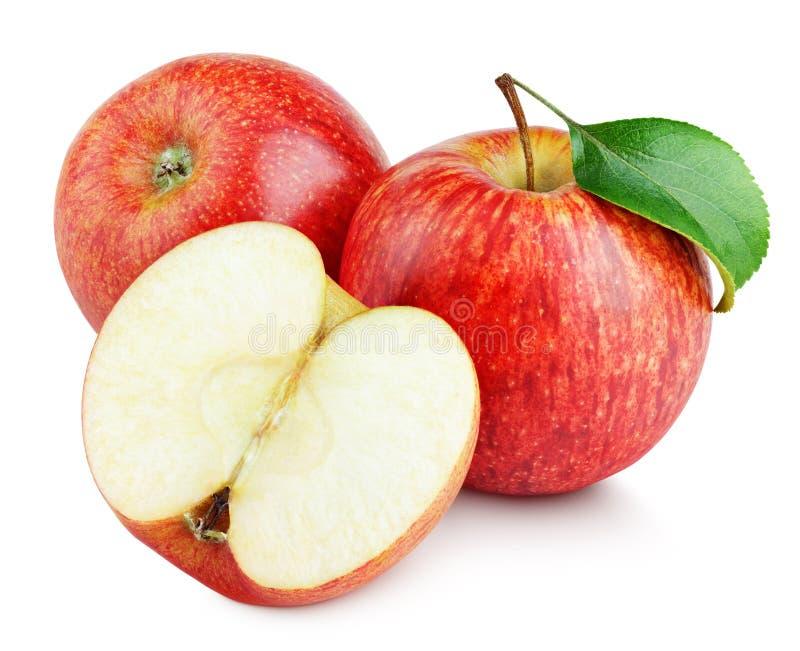 Зрелые красные яблоки с половиной и яблоком листают на белизне стоковое изображение