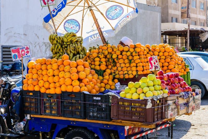Зрелые мандарины и оранжевые плоды для продажи на рынке плода стоковое изображение rf