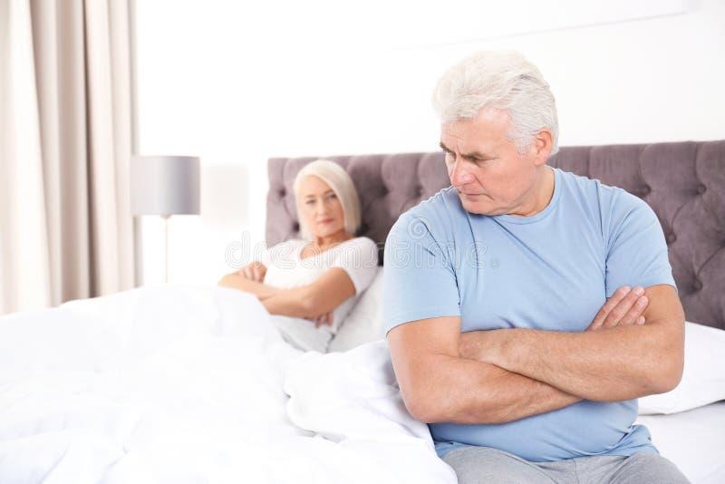 Зрелые пары с проблемами отношения игнорируя один другого стоковые фотографии rf