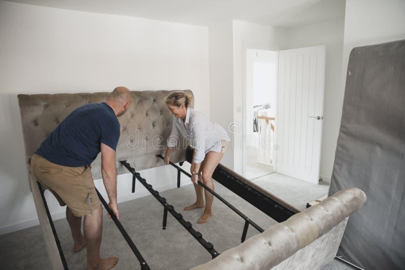 Зрелые пары украшая их новый дом стоковая фотография