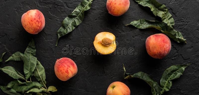 Зрелые персики на черной каменной предпосылке Здоровая концепция еды, взгляд сверху, картина стоковое изображение