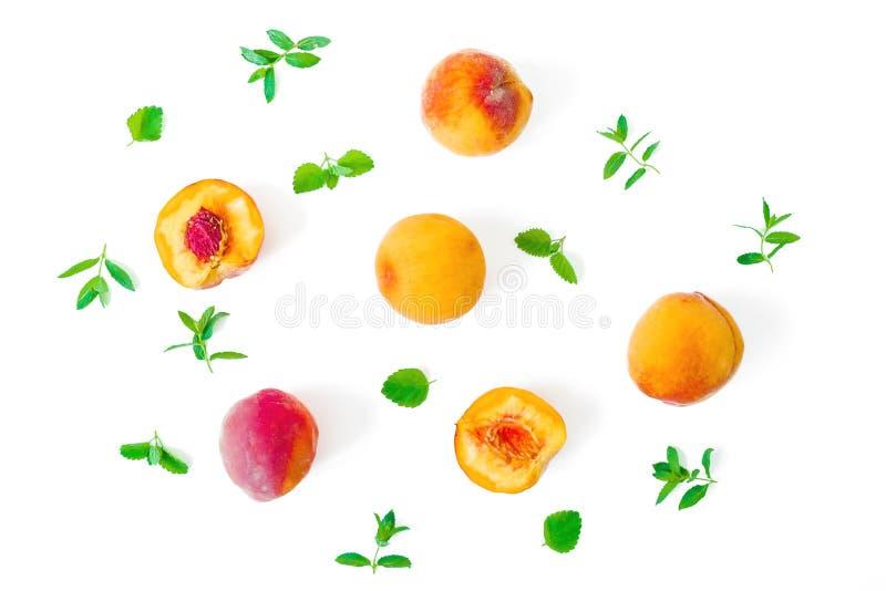 Зрелые персики с листьями изолированными на белой предпосылке Картина плода r r стоковая фотография