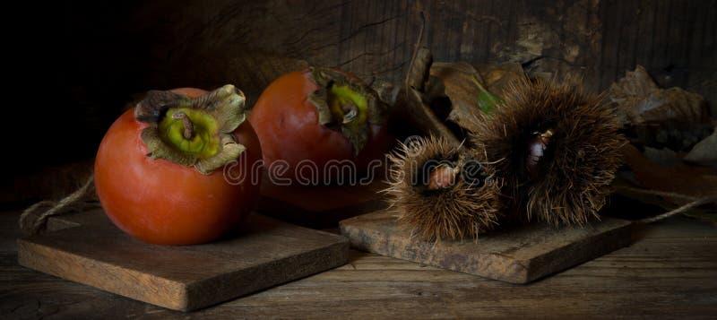 Зрелые плодоовощи и каштаны kaki стоковое фото rf