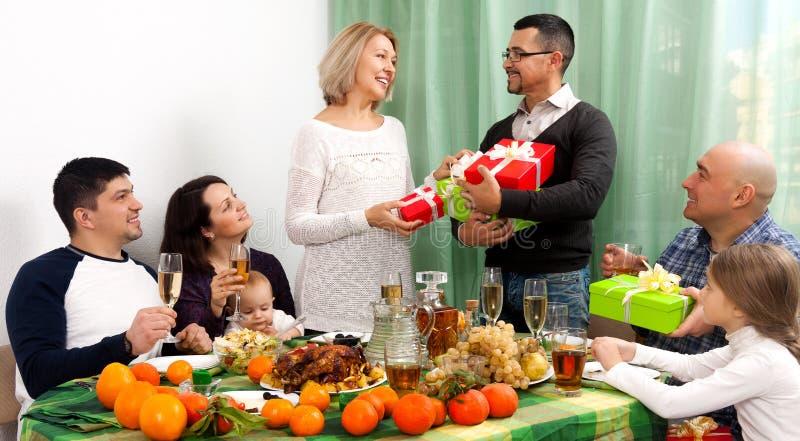 Зрелые родители празднуя юбилей в доме стоковая фотография rf