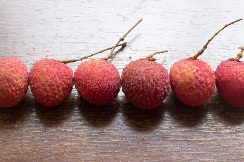 Зрелые сладостные lichees в странной форме на деревянной предпосылке стоковые фото