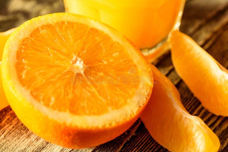 Зрелые сочные свежие апельсины, весь, отрезок и куски стоковые фото
