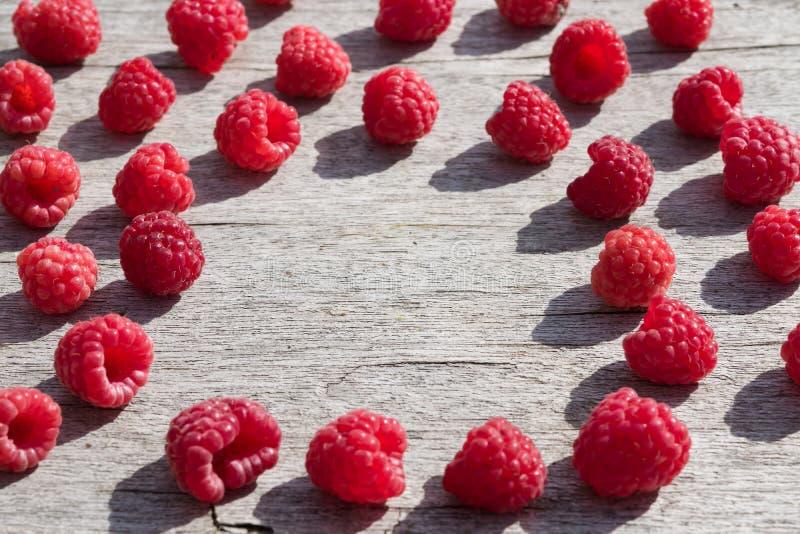 Зрелые ягоды красной поленики на деревянном столе с космосом экземпляра, стоковая фотография rf