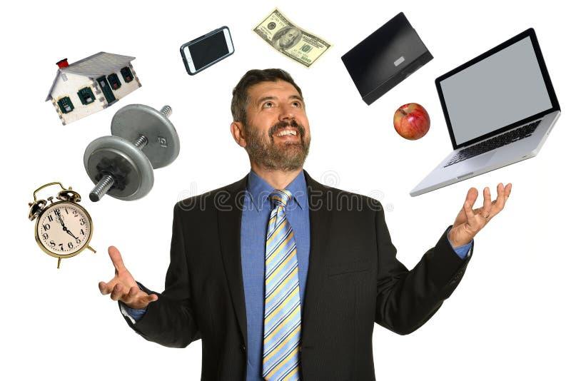 Зрелый бизнесмен жонглируя стоковое изображение
