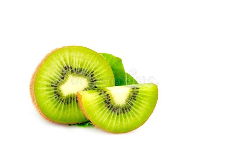 Зрелый весь плод плода кивиа и кивиа половины и зеленые листья стоковая фотография rf