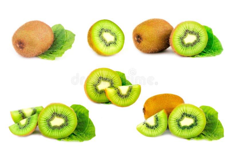 Зрелый весь плод плода кивиа и кивиа половины изолированный на белой предпосылке стоковые фотографии rf