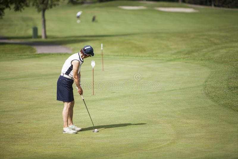 Зрелый игрок гольфа женщины стоковое изображение