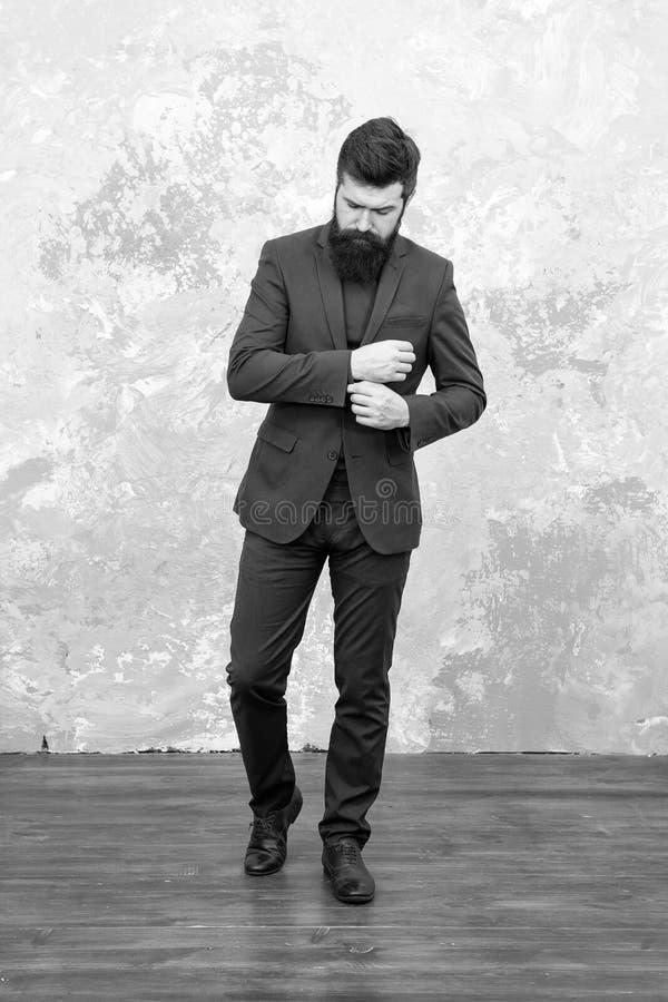 ( Зрелый идти бизнесмена Современная жизнь Портной или модельер Зверский бородатый хипстер стоковые фотографии rf