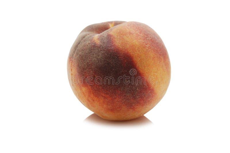 зрелый изолированный персик стоковое изображение rf