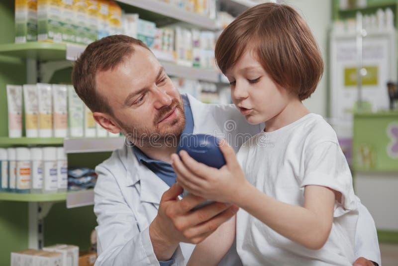 Зрелый мужской мальчик порции аптекаря на аптеке стоковые изображения rf