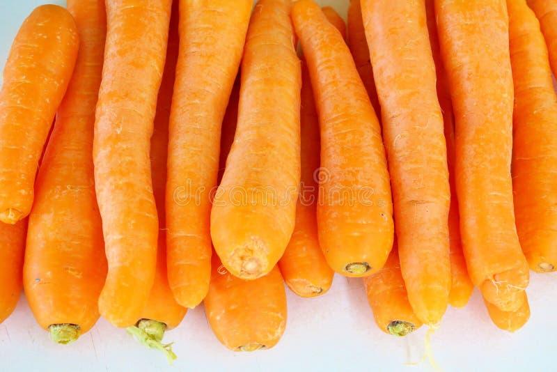 Зрелый оранжевый конец-вверх морковей на белой предпосылке стоковое фото