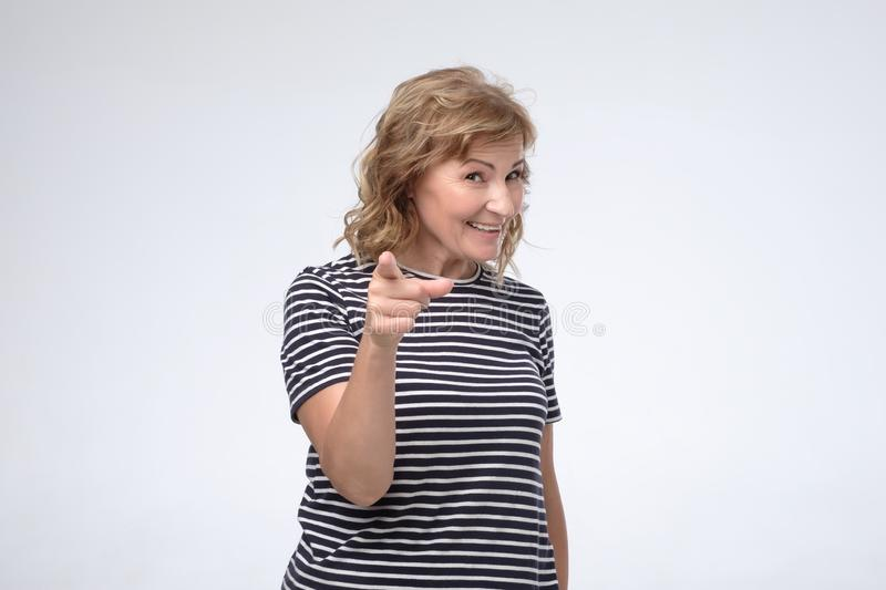 Зрелый палец пунктов женщины на вас с уверенным выражением стоковые изображения rf