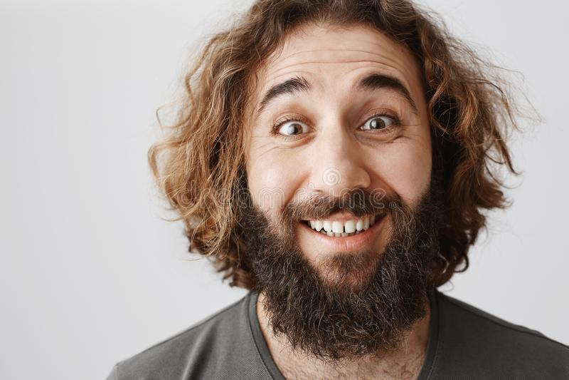 Зрелый парень счастлив как ребенок Портрет конца-вверх эмотивного жизнерадостного восточного мужчины с бородой усмехаясь обширно  стоковые изображения