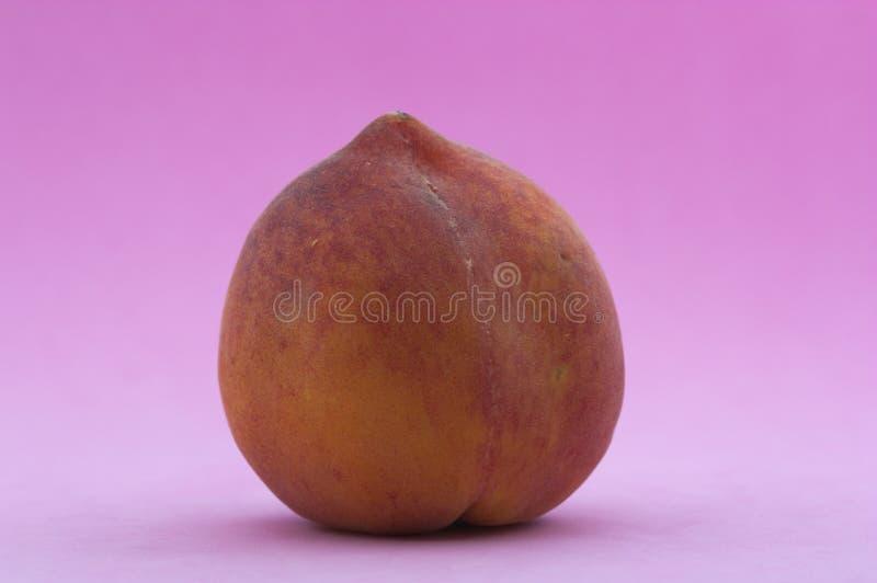 Зрелый персик на фиолетовой предпосылке стоковые изображения rf