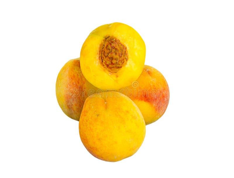 Зрелый сочный красный цвет желтого цвета персика, половинный плодоовощ с косточкой вверху изолированная куча на белизне стоковое фото rf