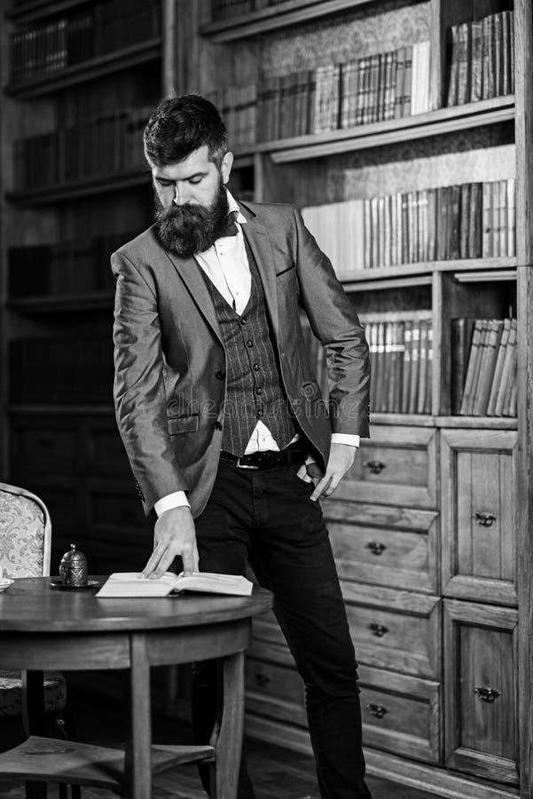 Зрелый человек или профессор с длинной стороной бороды и затишья стоковая фотография