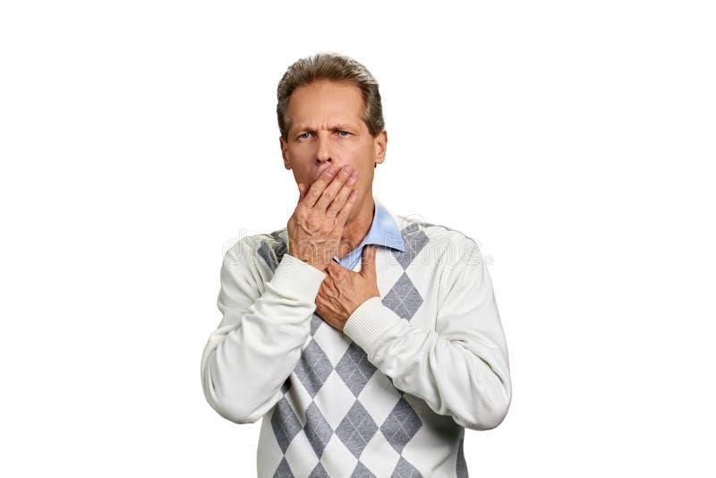 Зрелый человек страдая от кашля стоковая фотография
