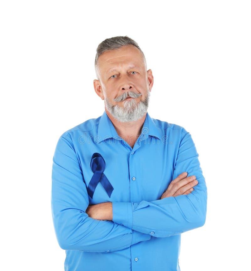 Зрелый человек с голубой лентой на белой предпосылке стоковые изображения rf