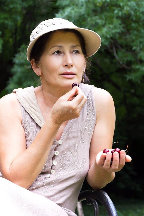 Зрелая женщина в парке стоковое изображение