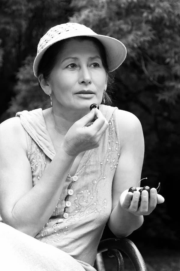 Зрелая женщина в парке стоковая фотография rf