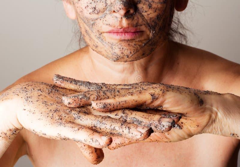 Зрелая женщина делая косметическую маску стоковые фотографии rf