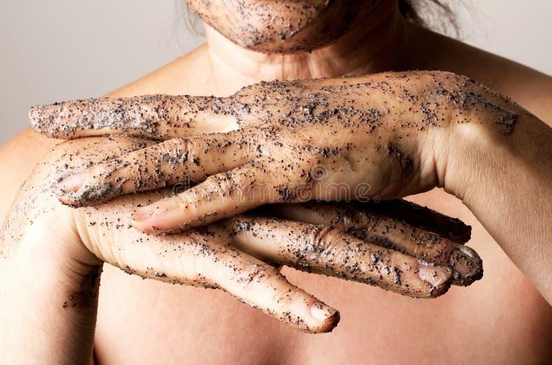 Зрелая женщина делая косметическую маску стоковые фото