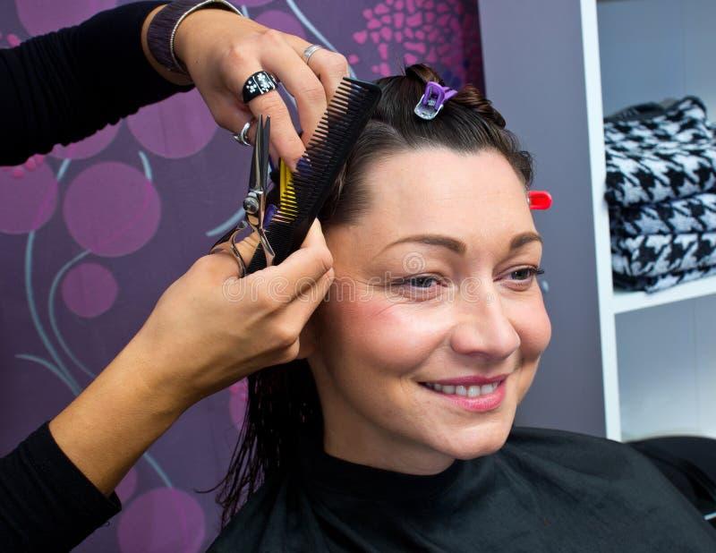 Зрелая в парикмахерской